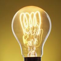 電球を1年間つけ続けるための必要エネルギー